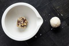 选拔自创巧克力核桃椰子甜风景上面 库存照片
