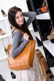 选择一双鞋的妇女在商店 免版税图库摄影