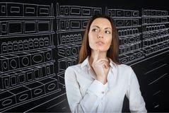 选择产品的被集中的体贴的妇女在超级市场 免版税库存照片
