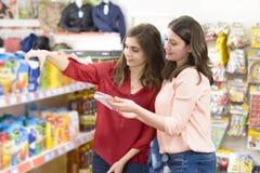 选择产品的顾客在超级市场 库存照片