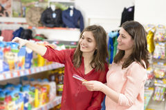 选择产品的顾客在超级市场 图库摄影