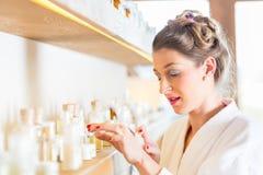 选择健康温泉产品的妇女 免版税库存图片