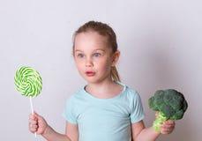 选择健康菜的儿童女孩而不是甜点 免版税库存图片