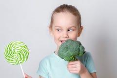选择健康菜的儿童女孩而不是甜点 免版税图库摄影