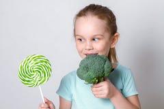 选择健康菜的儿童女孩而不是甜点 库存图片