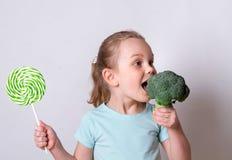 选择健康菜的儿童女孩而不是甜点 库存照片