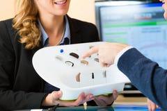 选择助听器的聋人 免版税库存照片