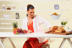 选择各种各样在碳水化合物和面包的妇女果子吃健康饮食 图库摄影