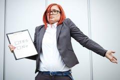 选择和投票的企业概念 衣服和gla的一名妇女 免版税库存照片