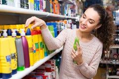选择喷发剂的妇女在超级市场 库存图片