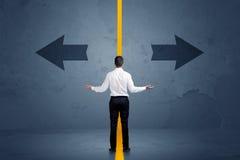选择在两个选择之间的企业人由叫喊分离了 免版税库存照片