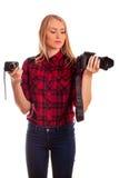 选择在两台照相机之间的女性摄影师-隔绝在w 免版税库存照片
