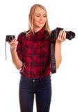 选择在两台照相机之间的女性摄影师-隔绝在w 免版税图库摄影