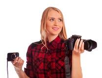 选择在两台照相机之间的女性摄影师-隔绝在w 库存照片