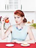 选择在健康食物和蛋糕之间的妇女 图库摄影