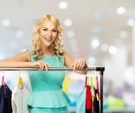选择在商城的妇女衣裳 免版税库存图片