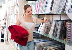 选择在家庭纺织品的女性顾客画象桌布 免版税库存照片