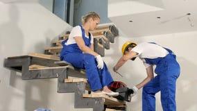 选择在工具箱的建造者队必要的工具在公寓 股票录像