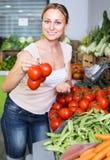 选择在市场上的妇女蕃茄 免版税库存图片