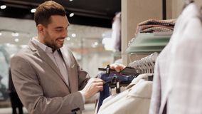 选择在服装店的愉快的年轻人衣裳 影视素材