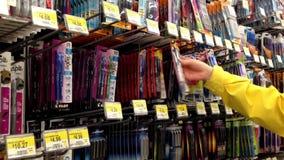 选择在沃尔码商店里面的妇女统治者 影视素材