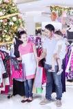 选择在百货商店的年轻家庭衣裳 库存图片
