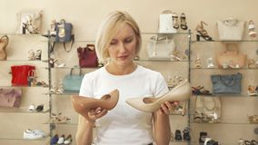 选择在相似的鞋子之间的妇女 影视素材