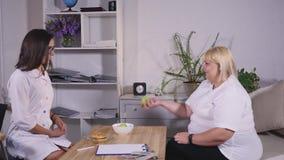 选择在苹果和汉堡之间的肥胖妇女 饮食和健康 影视素材