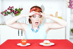 选择在蕃茄和蛋糕之间的叫喊的妇女 图库摄影