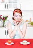 选择在蕃茄和蛋糕之间的叫喊的妇女 库存照片