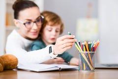 选择在铅笔杯子的妇女一只蜡笔 免版税库存照片
