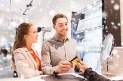选择在购物中心的愉快的夫妇定婚戒指 免版税库存图片