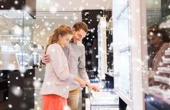 选择在购物中心的愉快的夫妇定婚戒指 免版税库存照片