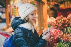 选择在C的愉快的美丽的妇女传统假日糖果 免版税图库摄影