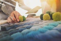 选择地毯样品的室内设计师手 库存照片