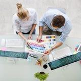 选择夫妇数字式设备设计观念的颜色样片 免版税库存图片