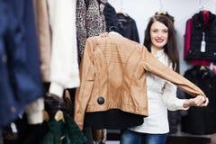 选择夹克的少妇 免版税图库摄影