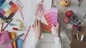 选择她新的设计的女性时装设计师色板显示 股票录像