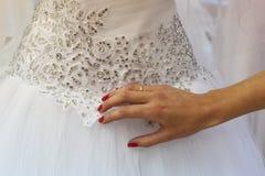 选择婚礼礼服 免版税库存照片