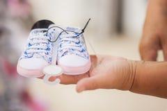 选择婴孩的年长妇女祖母在商店穿衣 免版税库存图片