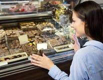选择巧克力的妇女 免版税图库摄影