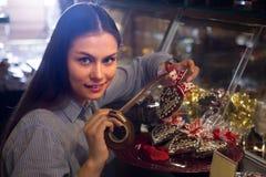 选择巧克力的妇女 免版税库存照片