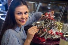 选择巧克力的妇女 库存照片