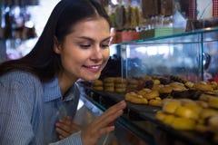 选择巧克力的妇女 免版税库存图片
