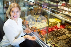 选择巧克力的资深顾客 免版税图库摄影