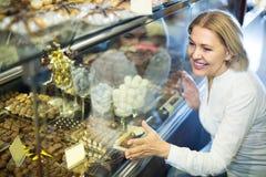 选择巧克力的资深顾客 库存图片