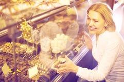 选择巧克力的资深顾客 库存照片