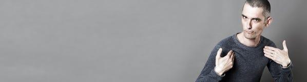 选择或显示负责任,灰色横幅的嬉戏的年轻人 免版税库存照片