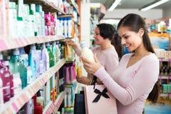 选择护发的妇女在商店 库存图片