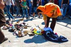 选择捐赠的鞋子的难民在Keleti火车站  图库摄影